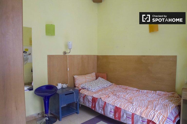 Accogliente camera in appartamento con 3 camere da letto a Termini, Roma