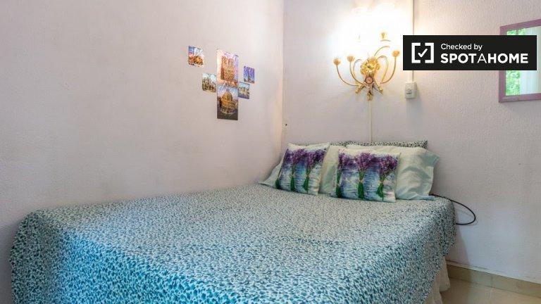 Cute room for rent, 3-bedroom apartment, Eixample Dreta