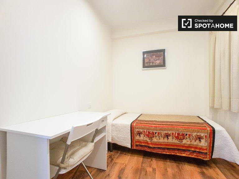 Room to rent in nice 3-bedroom apartment in Sants, Barcelona