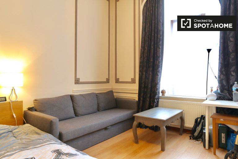Grande chambre dans un appartement de 4 chambres à Molenbeek, Bruxelles