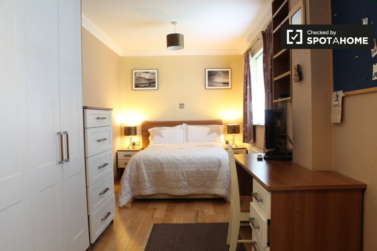 Double Bed in Rooms for rent in furnished 4-bedroom house in Templeogue