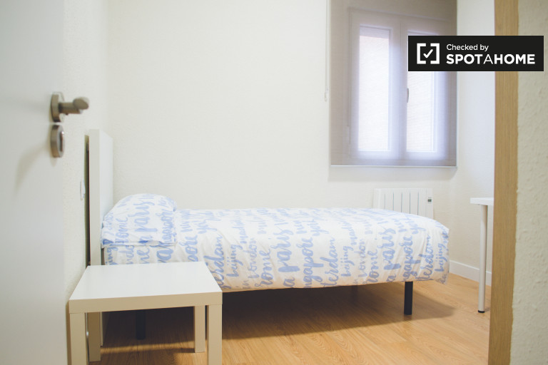 Huge room in 4-bedroom apartment in Chamartín, Madrid
