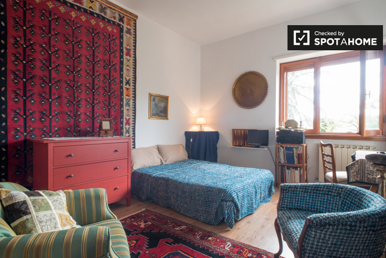 Room for rent in apartment with pool access in Cassia, Rome