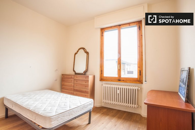 Bright room in 5-bedroom apartment near Arno river