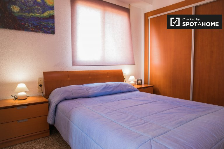 Double Bed in Rooms for rent in bright 2-bedroom apartment with AC in Jesús