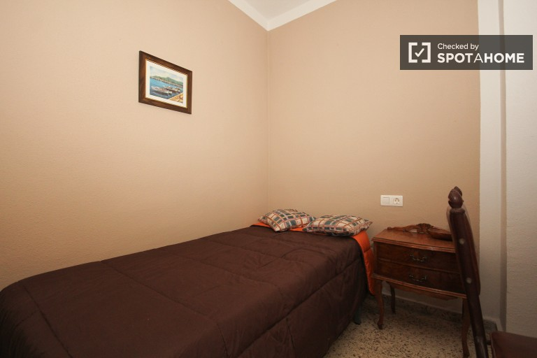 Single Bed in Spacious rooms for rent in a shared apartment with a balcony in Ronda