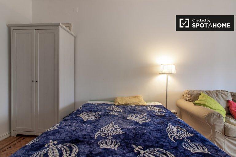 Camera in affitto in appartamento con 3 camere da letto a São Domingos