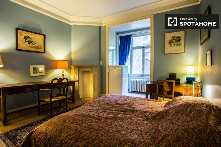 Equipped room in 3-bedroom apartment in Uccle, Brussels