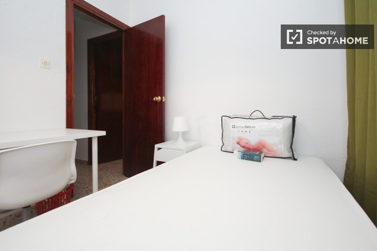 Single Bed in New rooms in 4 bedroom apartment in Ronda, 10 minutes to University of Granada