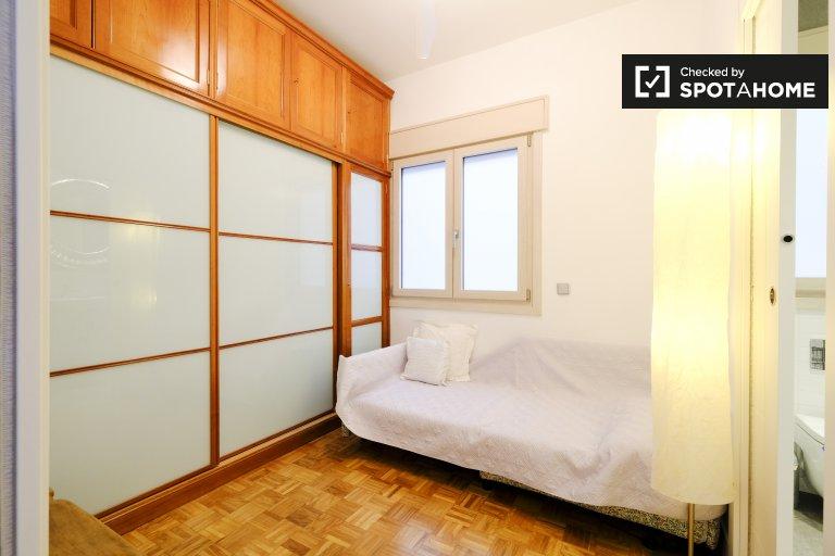 Elegancki pokój do wynajęcia w apartamencie z 2 sypialniami w Retrio, Madryt