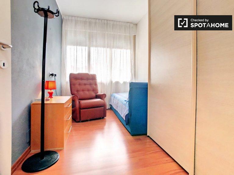 Chambre confortable dans un appartement de 4 chambres à Forlanini, Milan