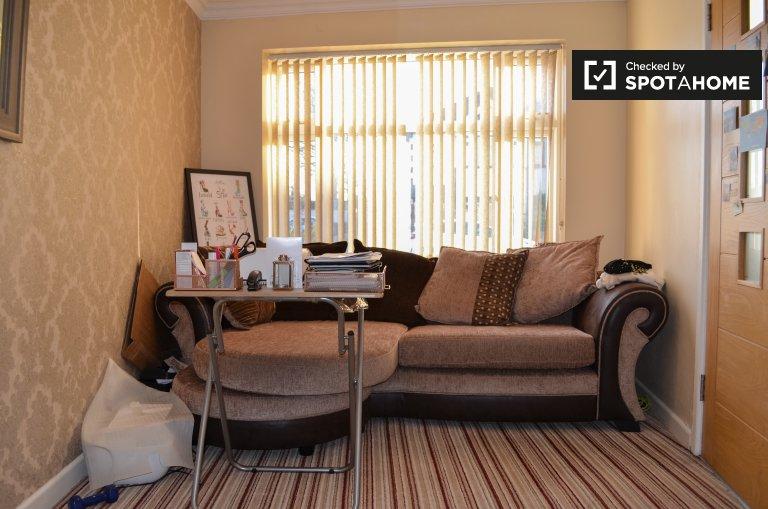 Przytulny pokój do wynajęcia w mieszkaniu z 3 sypialniami, Havering, Londyn