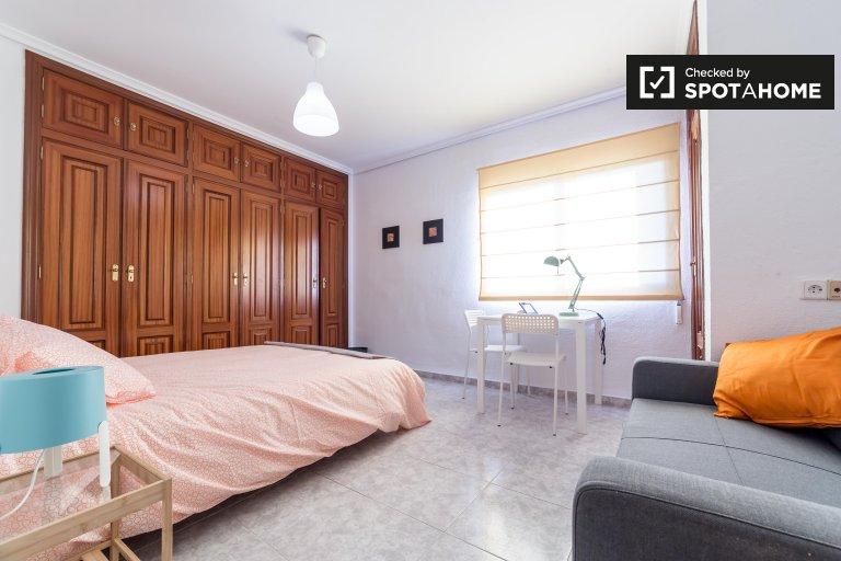 Pokoje do wynajęcia w 5-pokojowe mieszkanie w La Saïdia, Valencia