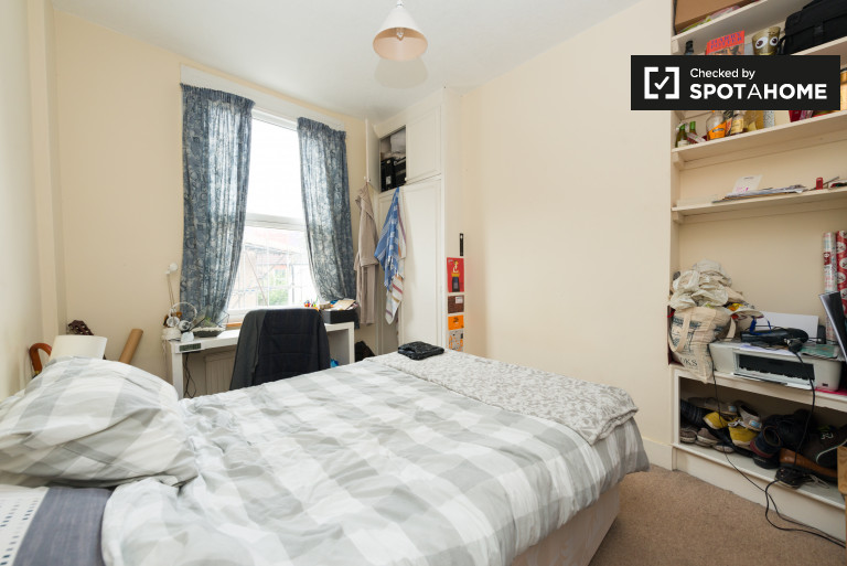 Great room in flat in Hammersmith, London