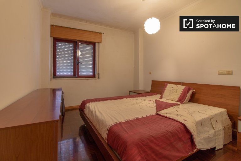 Furnished room in 2-bedroom apartment in Talaide, Lisboa