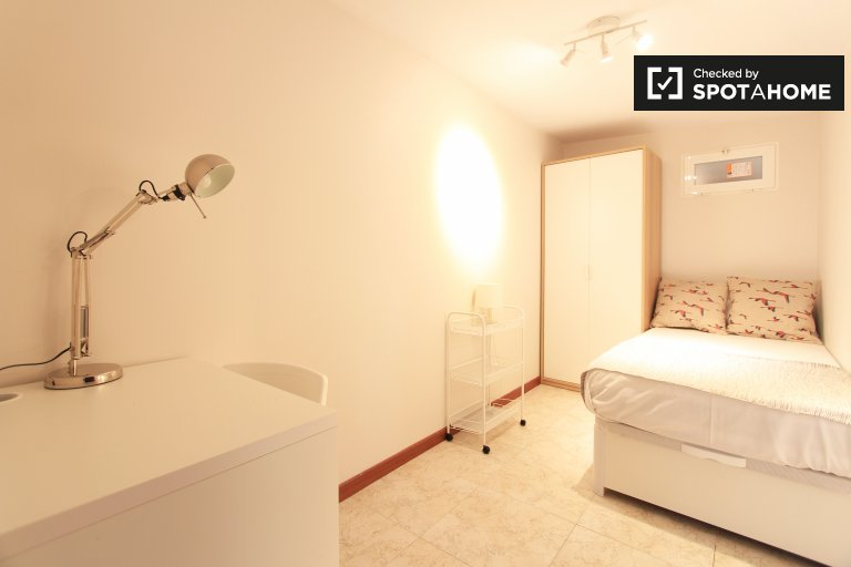 Single Bed in Rooms for rent in 6-bedroom apartment in Guindalera