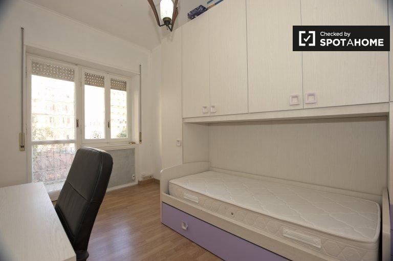 Roma'daki Nomentano'daki 4 odalı bir dairede balkona sahip oda.