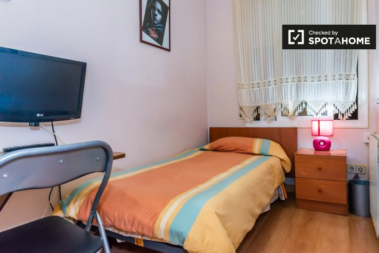 Cosy room in 4-bedroom apartment in Poblenou, Barcelona