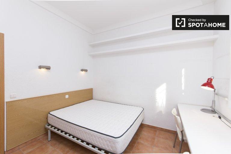 Habitación luminosa en alquiler en apartamento de 7 habitaciones, centro.