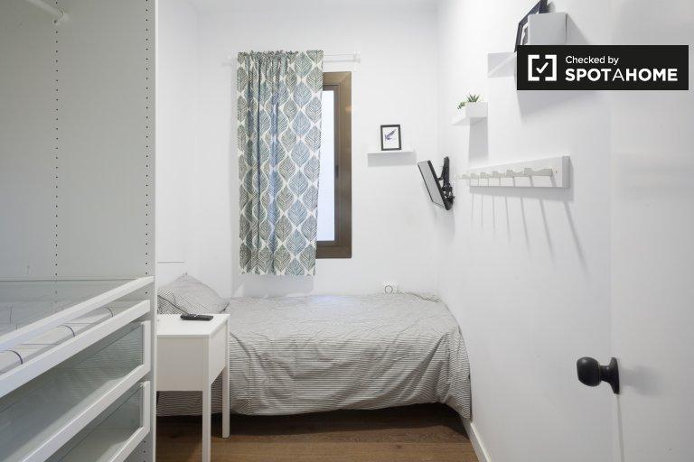 Room to rent in 3-bed apartment, L'Esquerra de l'Eixample