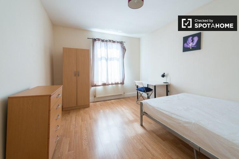 Chambre équipée dans un appartement de 7 chambres à Wood Green, Londres