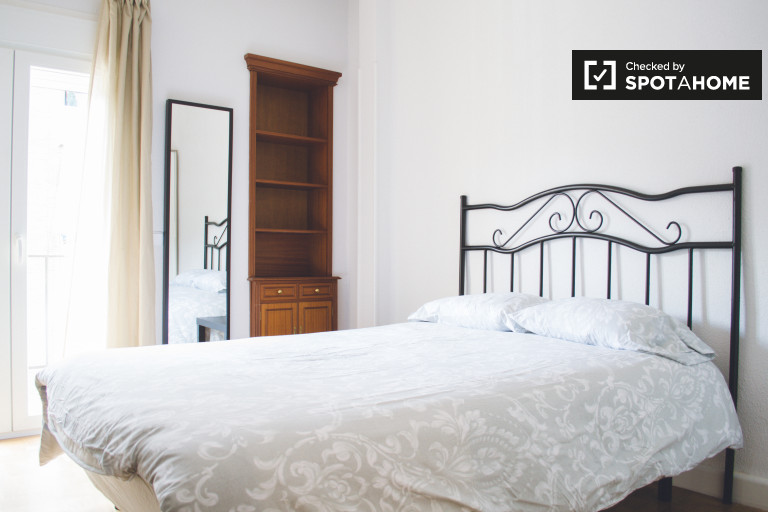 Rent a room in 4-bedroom apartment in Chamartín, Madrid