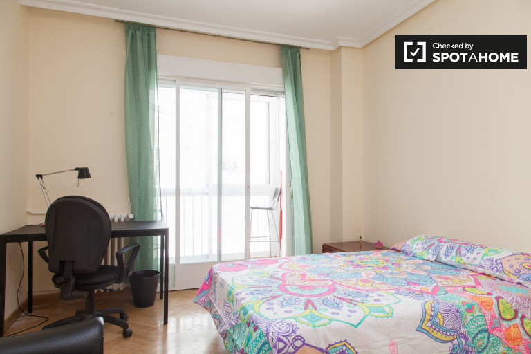 Welcoming room in 6-bedroom apartment in Imperial, Madrid