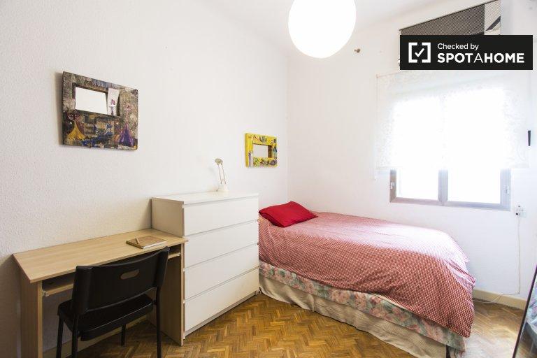 Chambre d'extérieur disponible à louer à Vallehermoso, Madrid