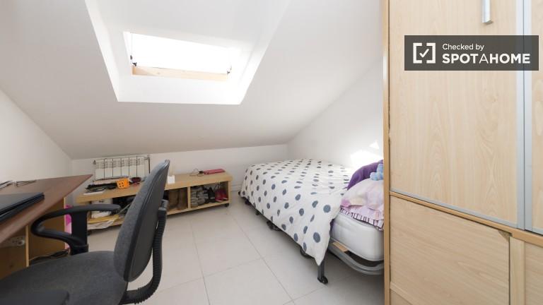 Spacious upstairs single bedroom