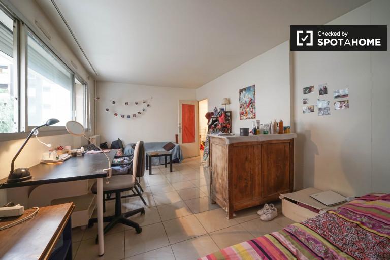 Double Bed in Rooms for rent in comfortable 3-bedroom apartment in 15th arrondissement