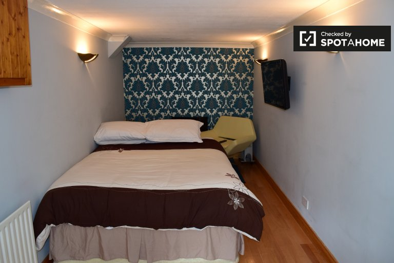 Double Bed in Rooms to rent in modern 4-bedroom house in Clondalkin