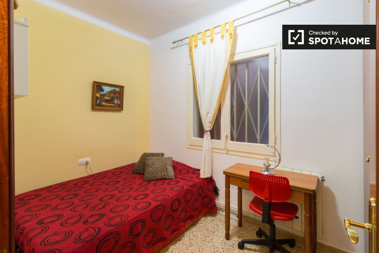 Room to rent in 3-bedroom flat, Sant Andreu de Palomar