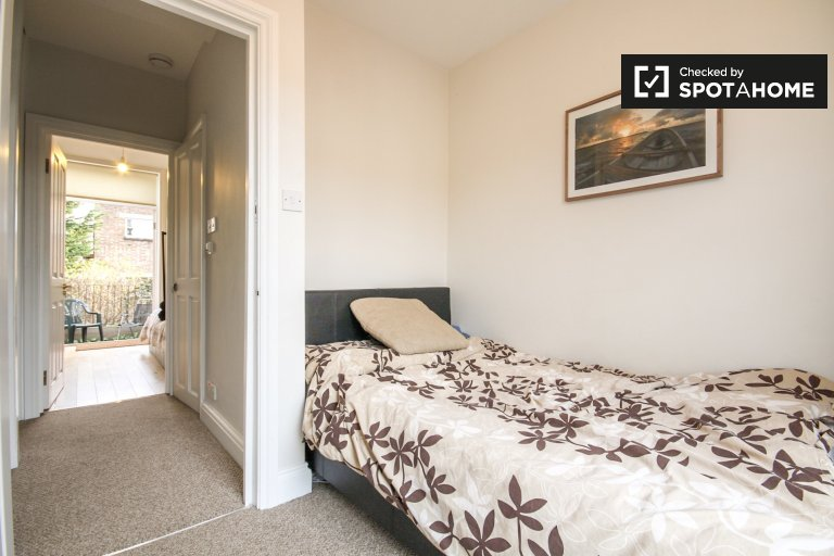 Double Bed in Rooms for rent in 5-bedroom houseshare with garden in Hackney, Zone 2