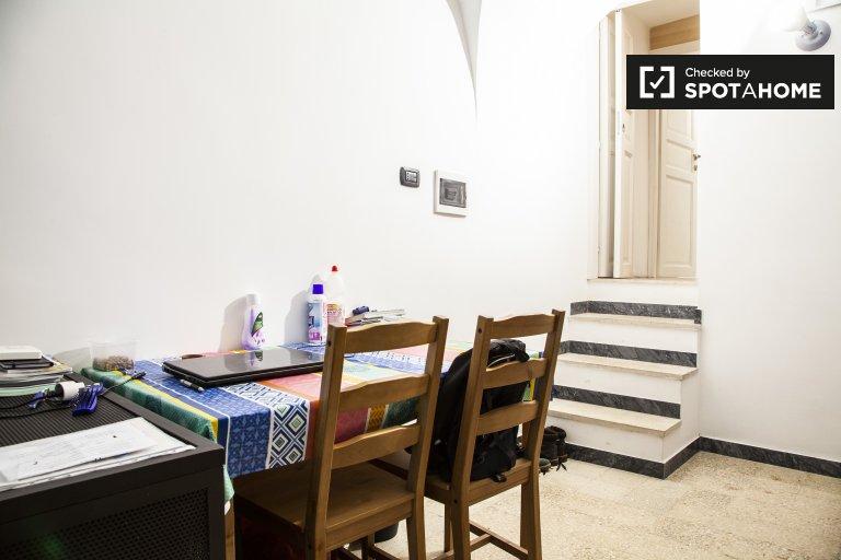 Chambre à louer dans un appartement de 5 chambres à Centro Storico