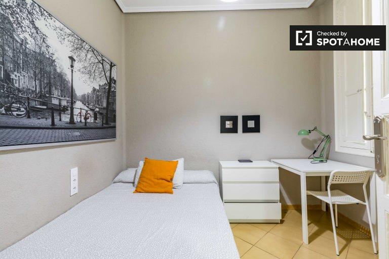 Schludny pokój w mieszkaniu z 7 sypialniami w Ciutat Vella, Valencia