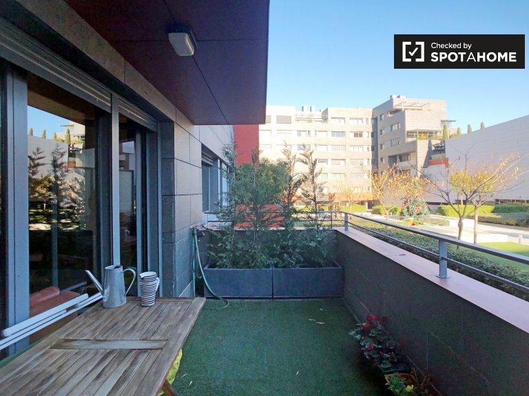 Sunny room in 3-bedroom apartment in Hortaleza, Madrid