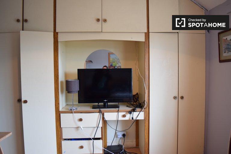 Quarto luminoso para alugar em apartamento de 2 quartos em Crumlin, Dublin