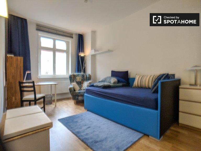 Ładny pokój do wynajęcia w mieszkaniu z 3 sypialniami w Berlinie