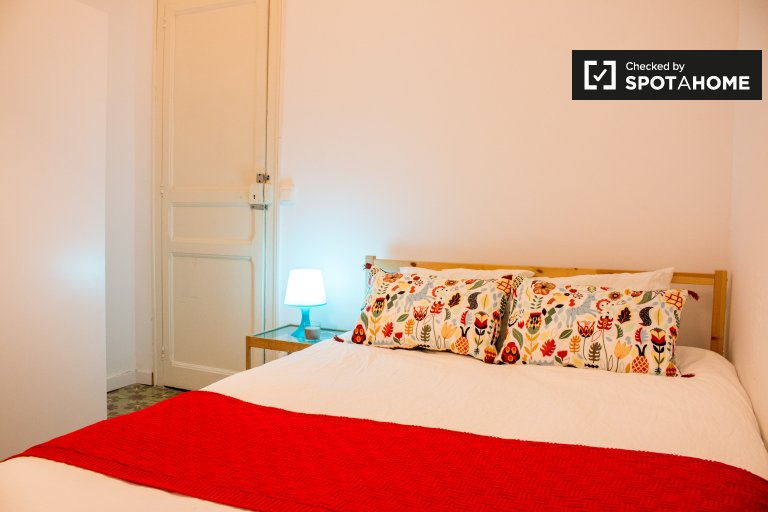 Welcoming room in shared apartment in Eixample, Barcelona