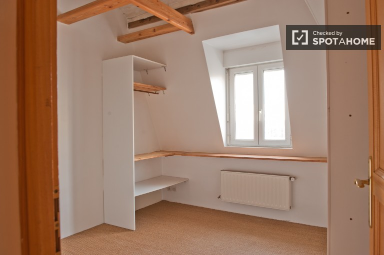 Single Bed in 7 Rooms in a Large Three Storey House in Ivry Sur Seine, Utilities Included