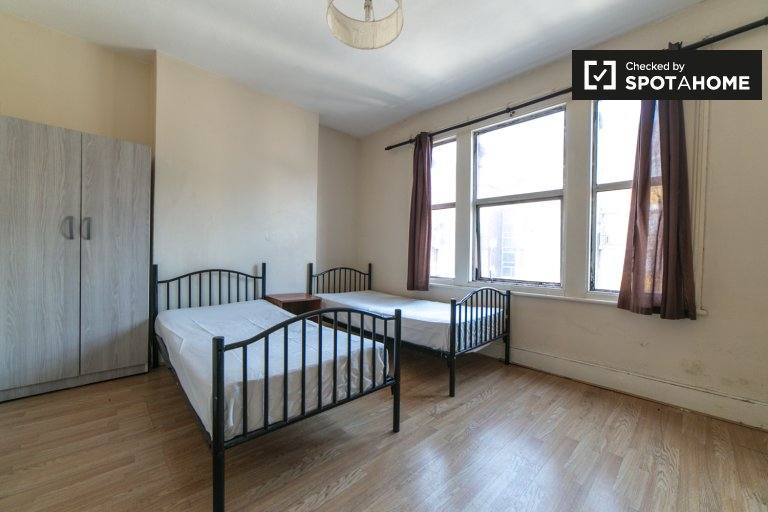 Spacious room in 6-bedroom houseshare in Newham, London