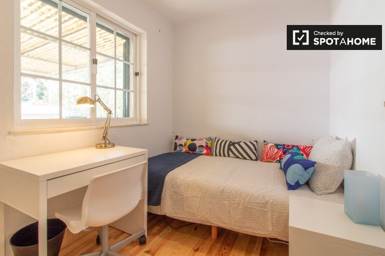Warm room for rent in 5-bedroom house, Restelo, Lisbon