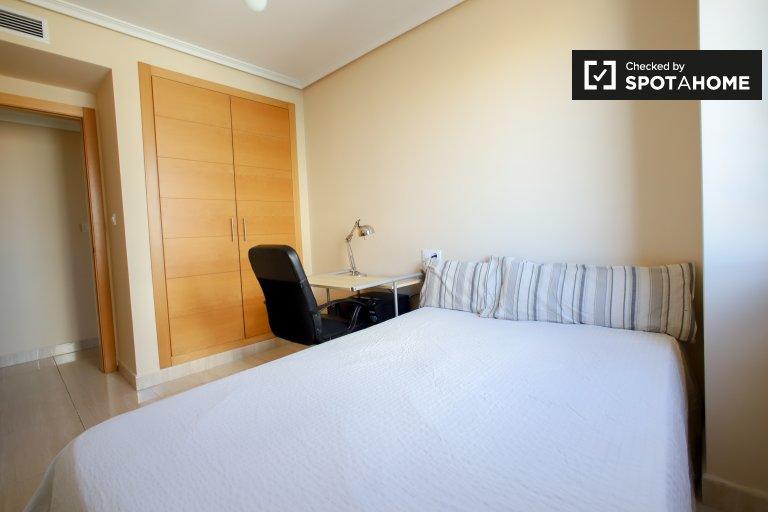 Chambre soignée à louer dans un appartement de 3 chambres à Quatre Carreres