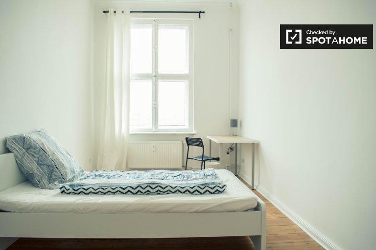 Ensolarado quarto em apartamento com 5 quartos em Mitte, Berlim