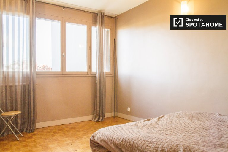 Double Bed in Rooms for rent in trendy 3-bedroom apartment in Neuilly-sur-Marne