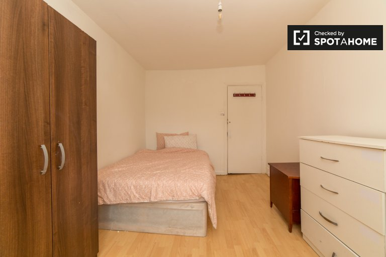 Tidy room in 5-bedroom flatshare in Stratford, London