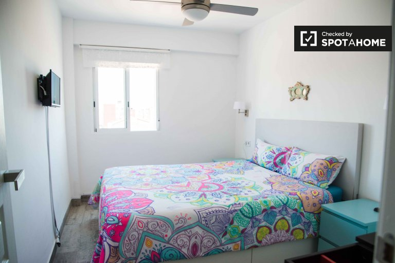 Room for rent in 2-bedroom apartment in Poblats Marítims