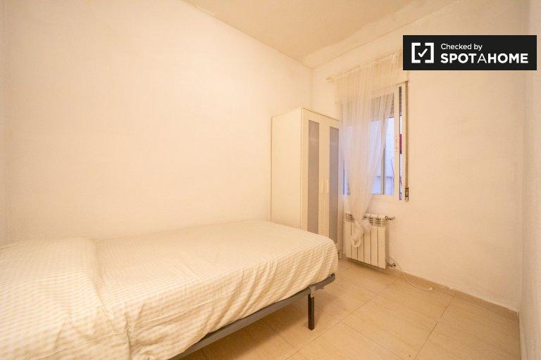 Sweet room for rent, 3-bedroom apartment, Legazpi, Madrid