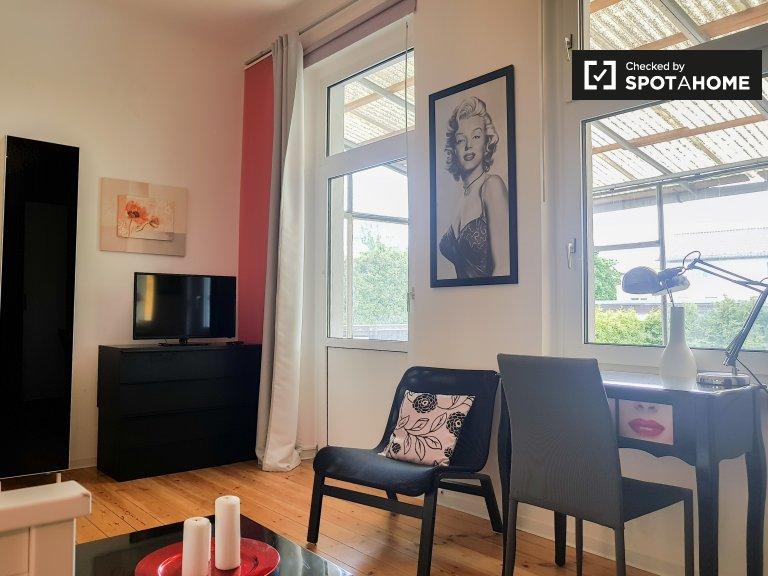 Zapraszający pokój do wynajęcia w apartamencie z 6 sypialniami, Treptow