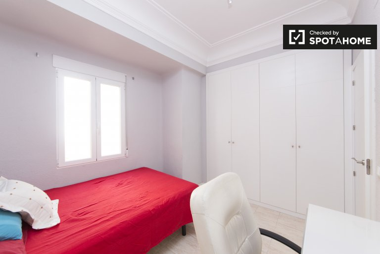 Bright room for rent in 3-bedroom apartment in Moncloa